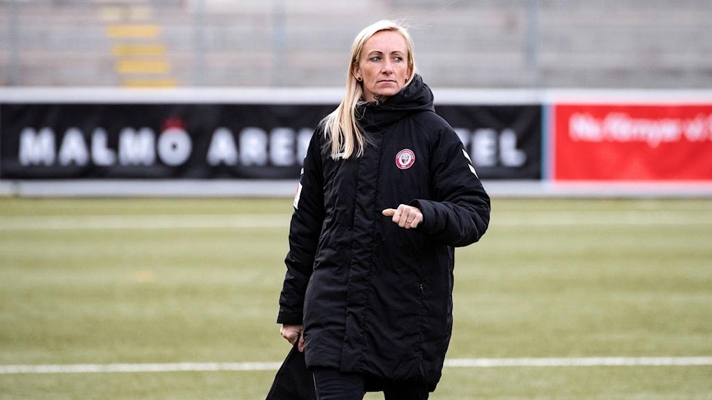 Blond kvinna på fotbollsplan