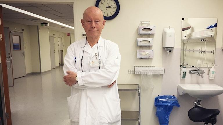 Äldre läkare i arbetsrum
