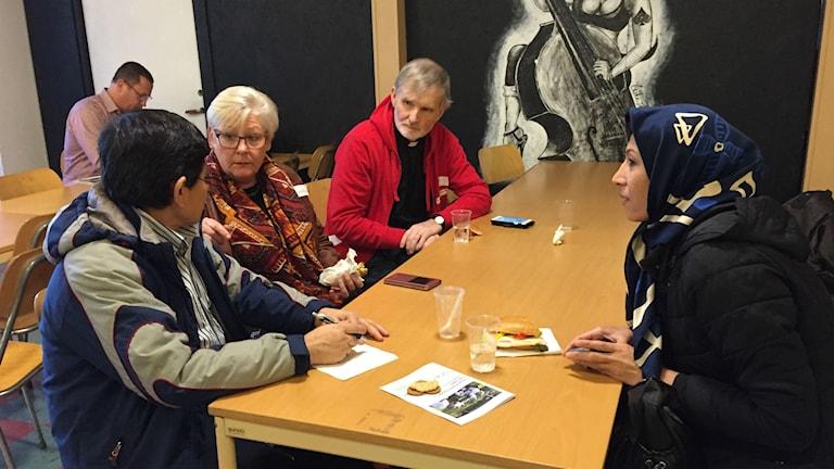 Amin och Shukra Alizade, Ingrid Sandén Bengtsson och Anders O Johansson samtalar i Knislinge.