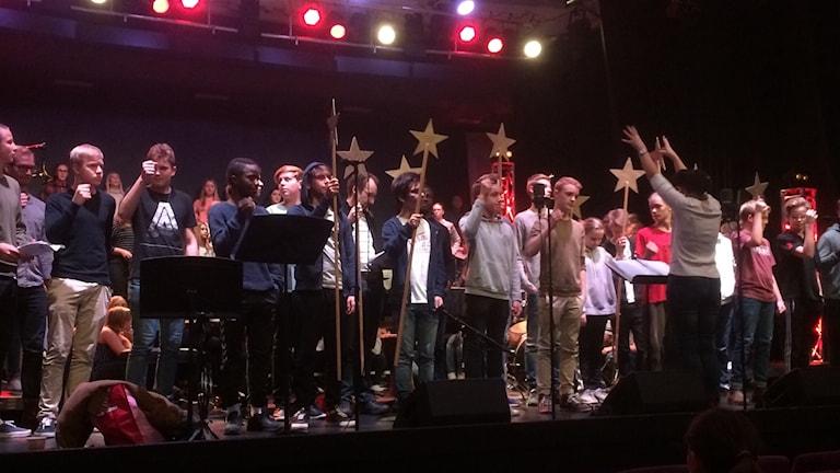 Fröknegårdsskolans musikklasser repeterar inför luciakonserterna.