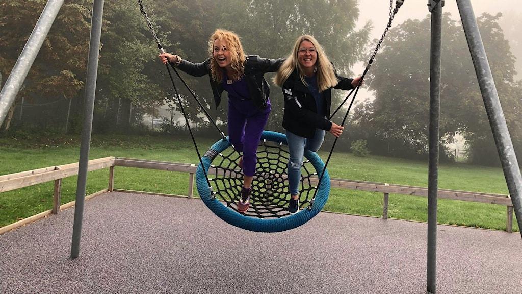 Två kvinnor på gunga