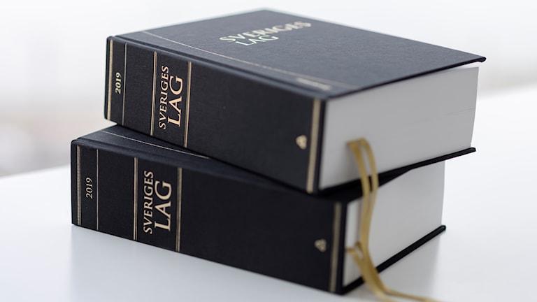närbild på två lagböcker