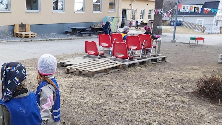 barn på gården till en förskola