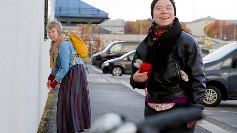 Röda tråden-performance. Katariina Angeria och Sanna Korteniemi.