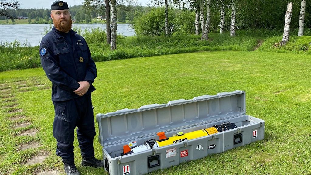 Rasmus Andersson, röjdykare, med sonar i låda.