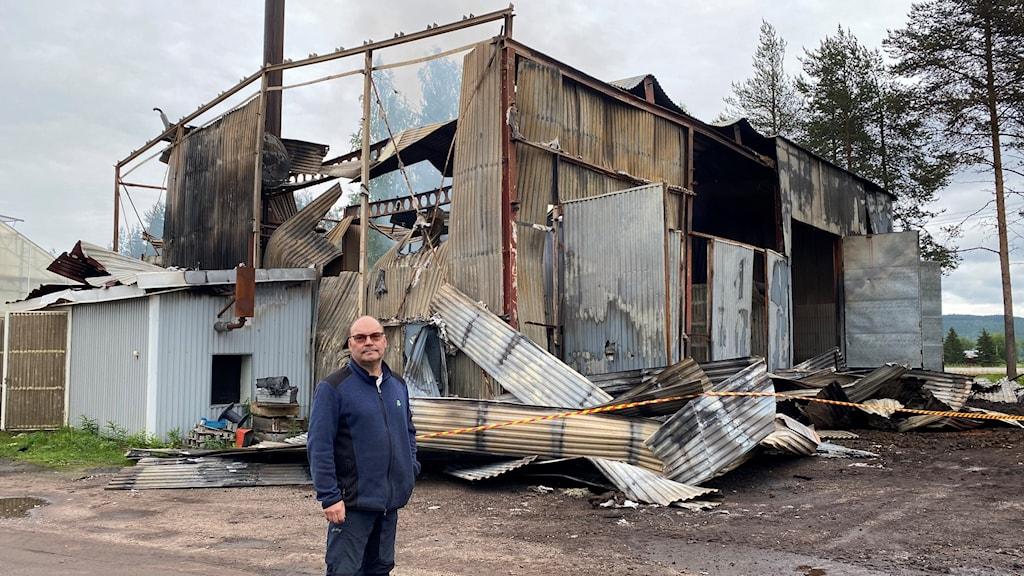 Ulric Hietala framför nedbrunnet värmeverk.