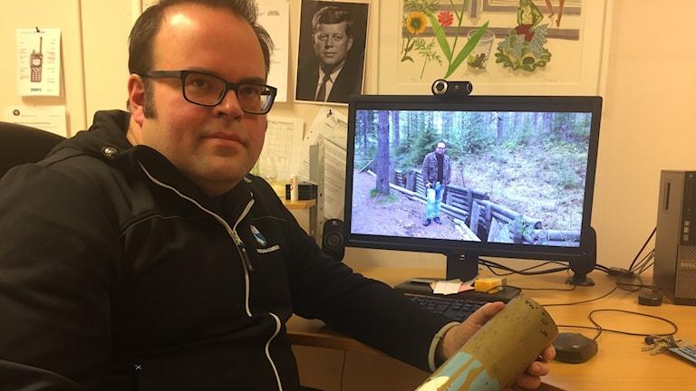 Janne Wiinikainen med en granathylsa från andra världskriget.
