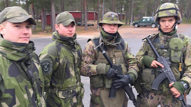 Johan Karlsson, Pontus Björkblad, Atte Kangas och Veeti Jumeri. Svenska kontrakterade soldater och finska värnpliktiga samöver i Lomben.