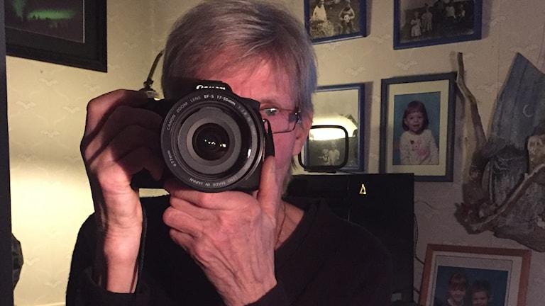 fotograferar med kamera
