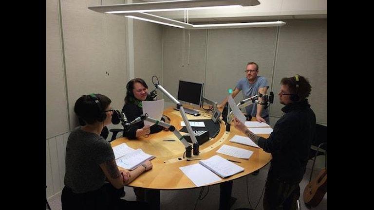 Tornionlaaksonteatterin Eva Törma, Eva Lantto, Daniel Snell ja Daniel Sandström revy 2014-nauhotuksessa. Foto: Carina Henriksson