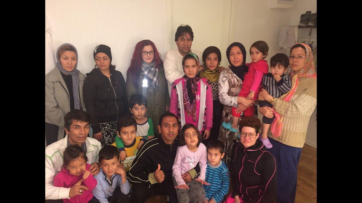 Turvassa. Afgaanit Junosuanossa on saahneet kyläläisilta apua ja kyläläiset uutta ajattelemista. Foto: Bertil Isaksson / Sveriges Radio