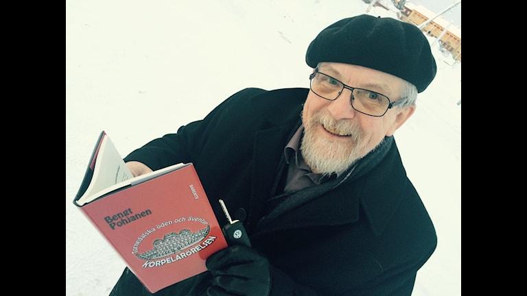 Bengt Pohjanen uuen kirjan kansa korpelanliikheestä. Foto: Bertil Isaksson / Sveriges Radio