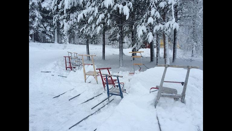 När Pajala sparar så bussas barnen. Sparkparkeringen i Sattajärvi, där det diskuteras starten av en friskola. Foto; Bertil Isaksson / SR