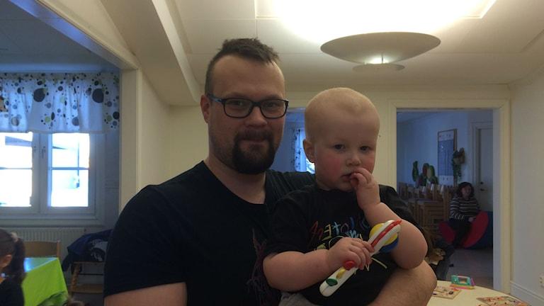 Joel med sin son