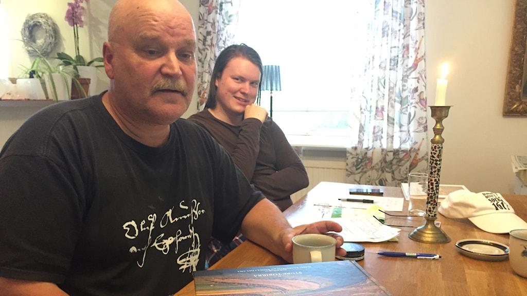 Sture Torikka har egentligen lagt ner 45 år av historieforskning på den nya historieboken. Sonen William har hjälpt till med en översättning