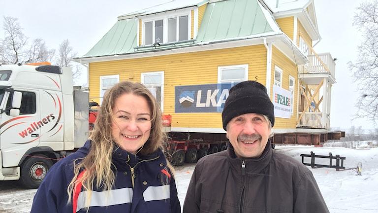 Josefin Ejemalm och Lennart Lantto framför en Länsmansgård på väg i Kiruna.