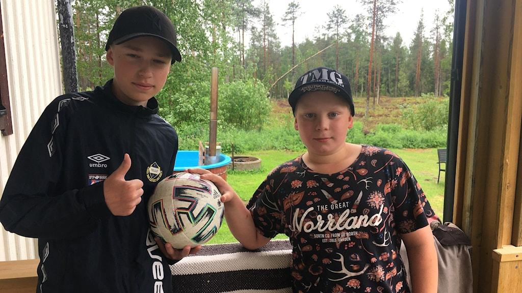 Fotbollsspelarna Alexander Rova och Harry Oja följer EM med spänning.