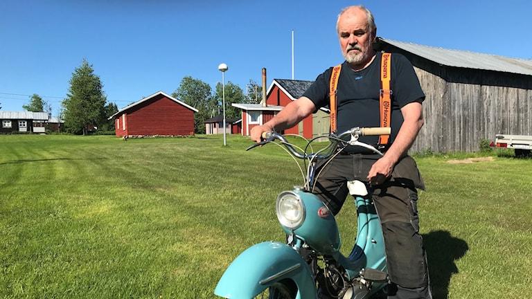 Livet igenom har Gilbert Larsson haft en fascination för mopeder. Nu har han som pensionär tid att skruva igång igen.