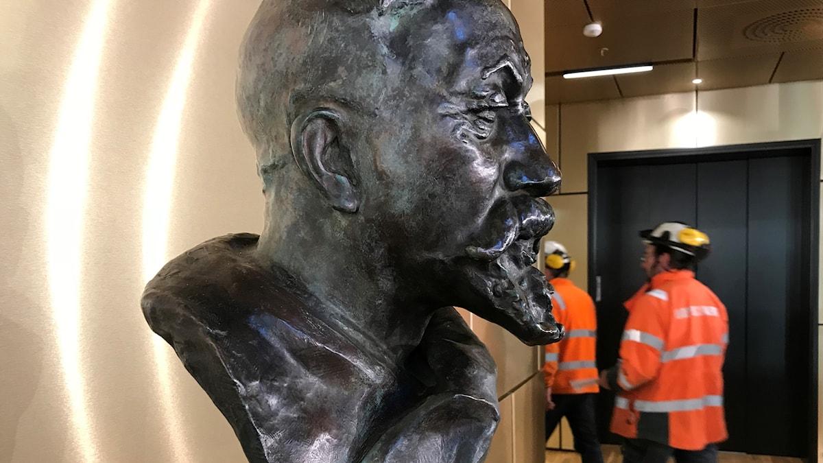 Hjalmar Lundbohm står staty i hjärtat av Kristallen.