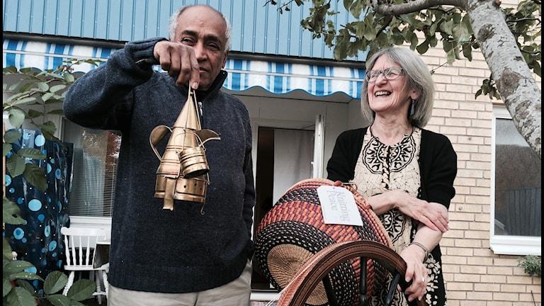 Ahmed och Inga-Britt Isaksson Faris otit näköselle rakhaimat kampheet kotia: kahvitarjoilusetti ja tortti.