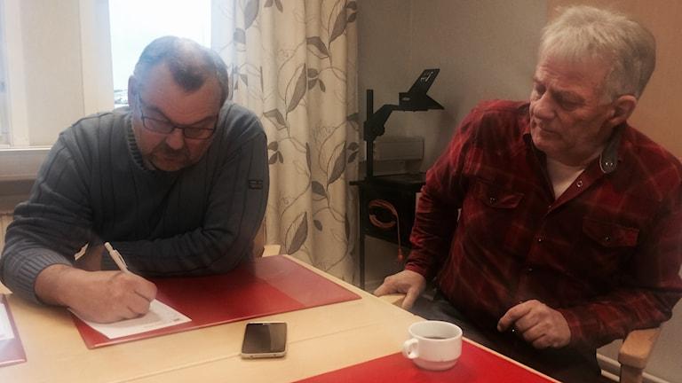Både Harry Rantakyrö, kommunalråd och Åke Johdet, ordförande i arbetarkommunen i Pajala, lämnar sina uppdrag på grund av splittringen i s.