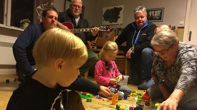 Lauantaisin leikithään Finländarnas Klubbissä Kierunassa - vanheemat saavat mennä vaikka hantlaahmaan.