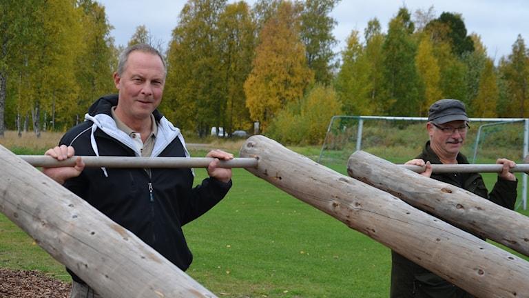 Se pitkä mies oon Lars-Gunnar Lundström. Björn Anderssonilla oon keepa päässä.