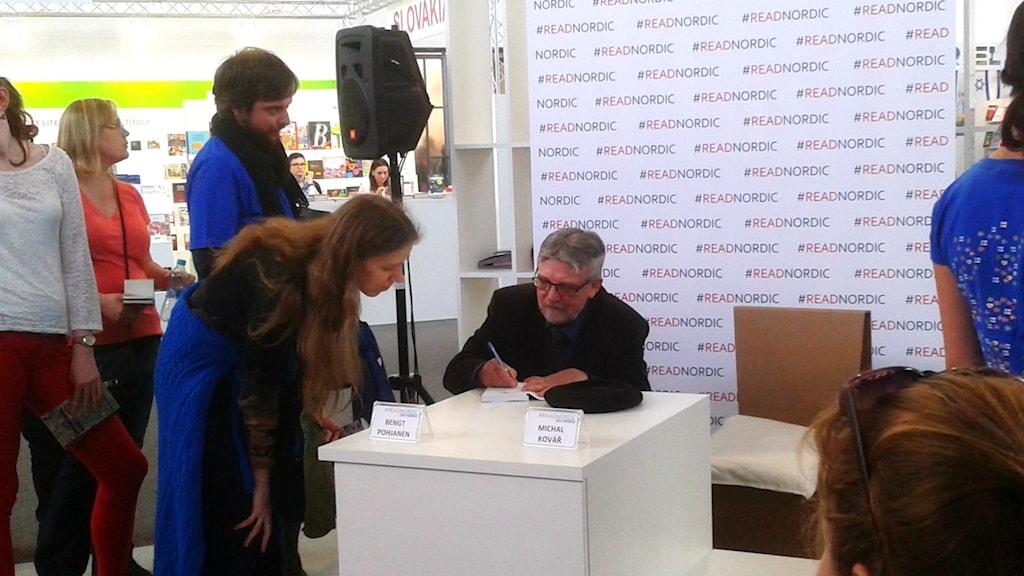 Bengt kirjottaa autograaffia