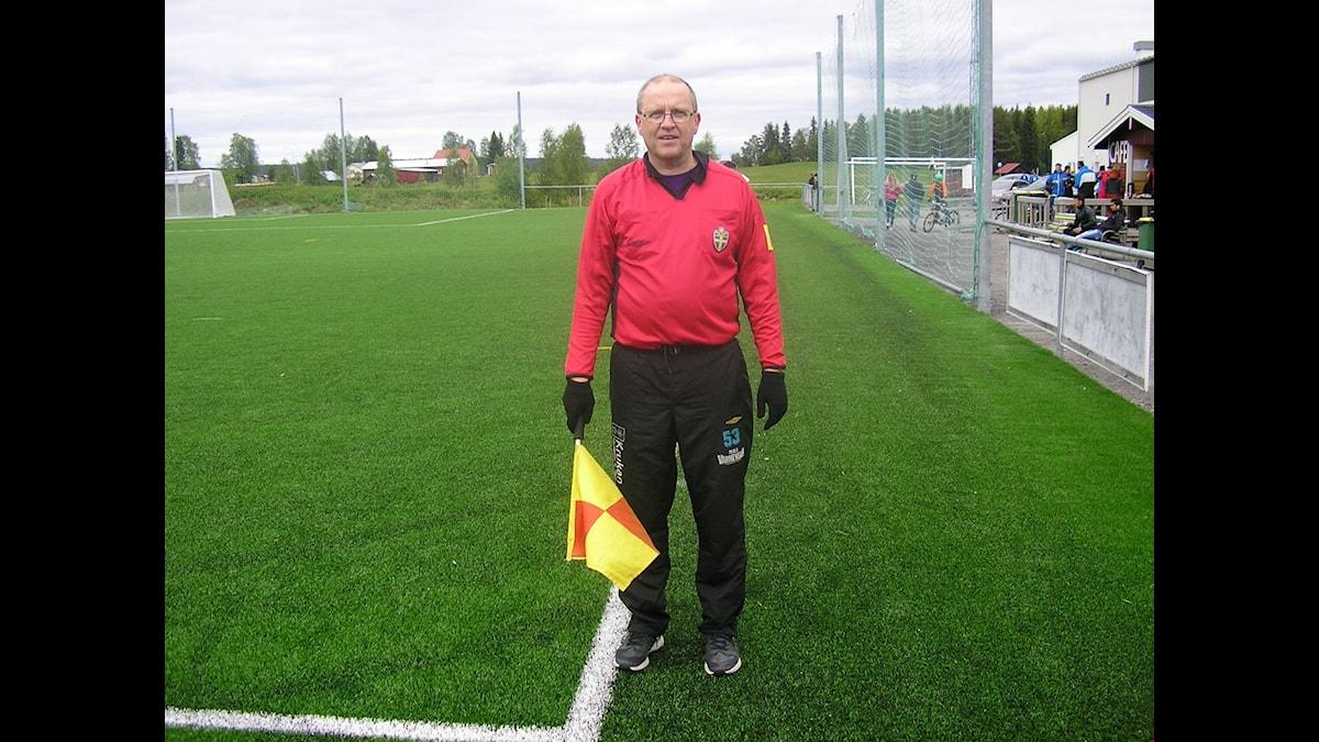 Leif Pekkari Tärendöstä seuraa jalkapalloa monella eri tasolla sekä katsomosta että kentän laidalta, linjatuomarina.