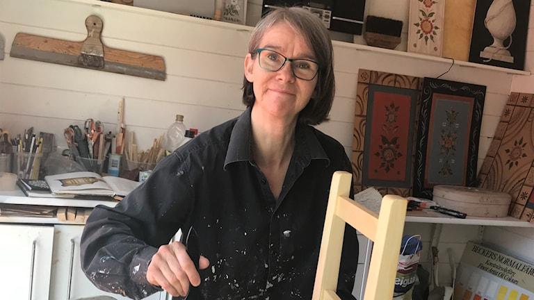 Gunnel Tjäder målar en höstol åt lille Oskar.