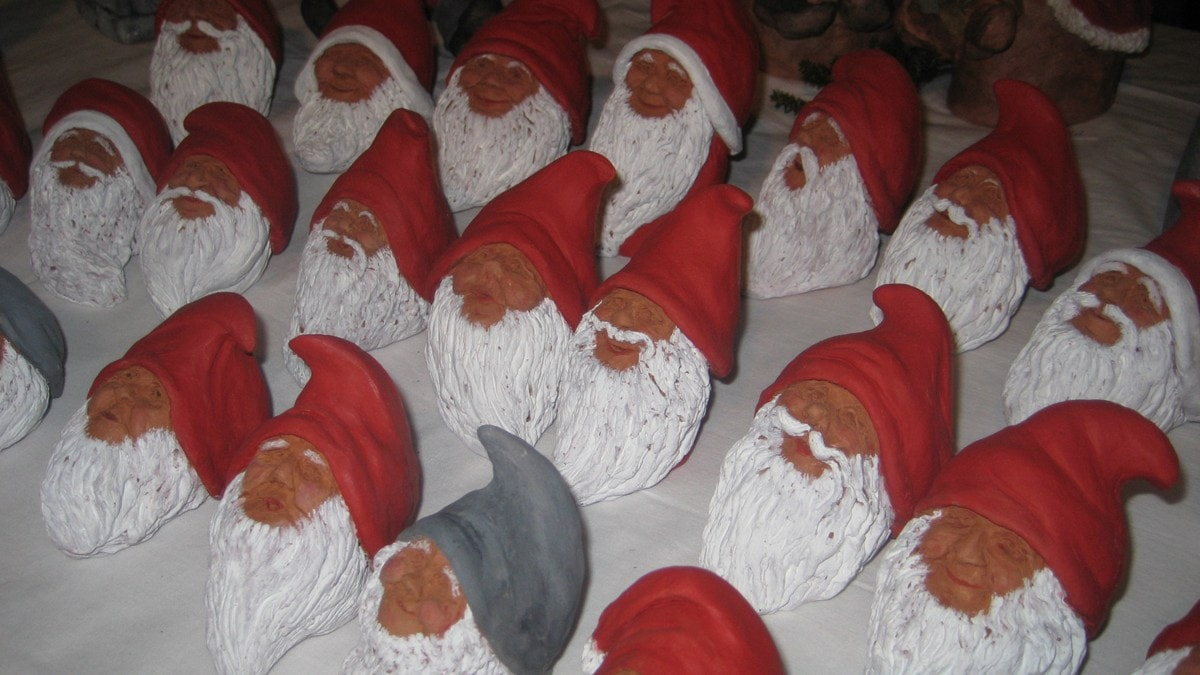 Joulutonttuja rivissä