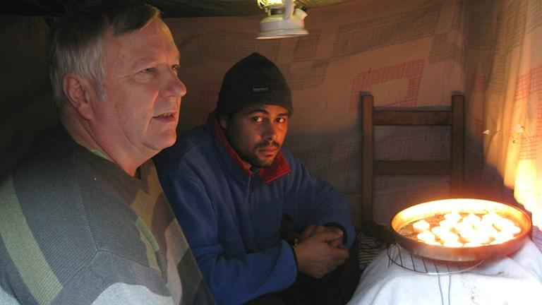Siinto Hämäläinen ja romanikerjäläinen Joia Marius esittelevät jälkimmäisen teltan ainoaa lämmityskeinoa, lämpökynttilöitä. Teija Martinsson