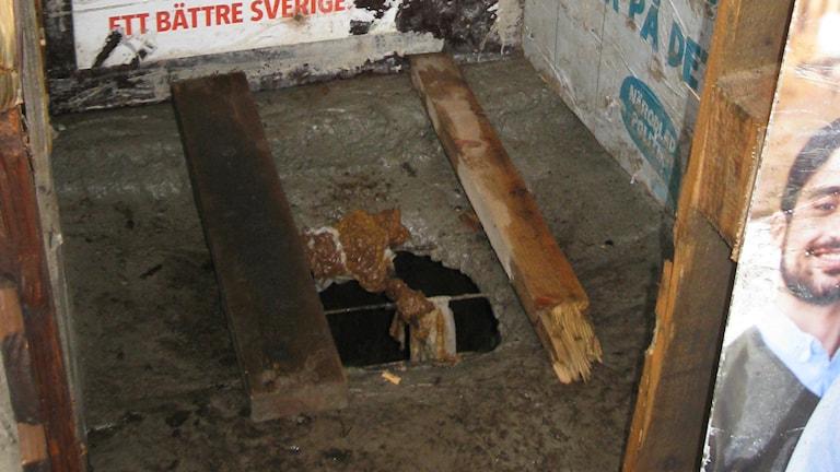 Romanikerjäläisten käyttämä vessa jonka Siinto Hämäläinen on näille rakentanut. Kuva: Teija Martinsson