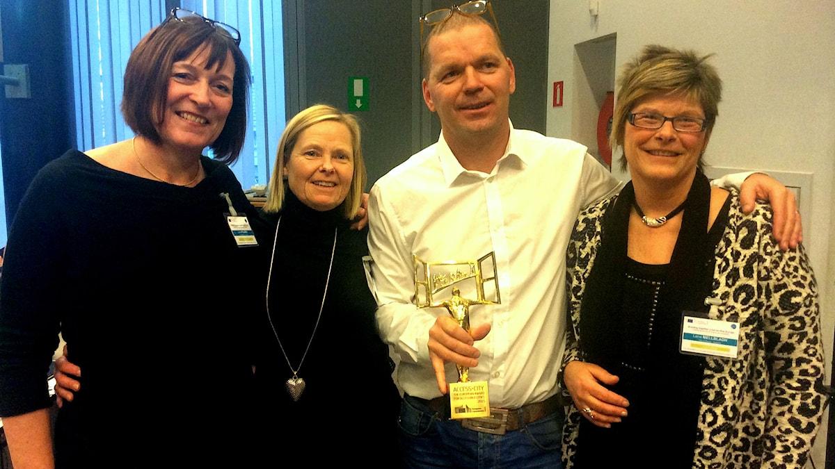 Petri Pitkänen vastaanotti palkinnon yhdessä kunnanneuvos Lena Palménin sekä Ingegerd Erikssonin ja Lena Mellbladhin kanssa. Bild:Borås Stad