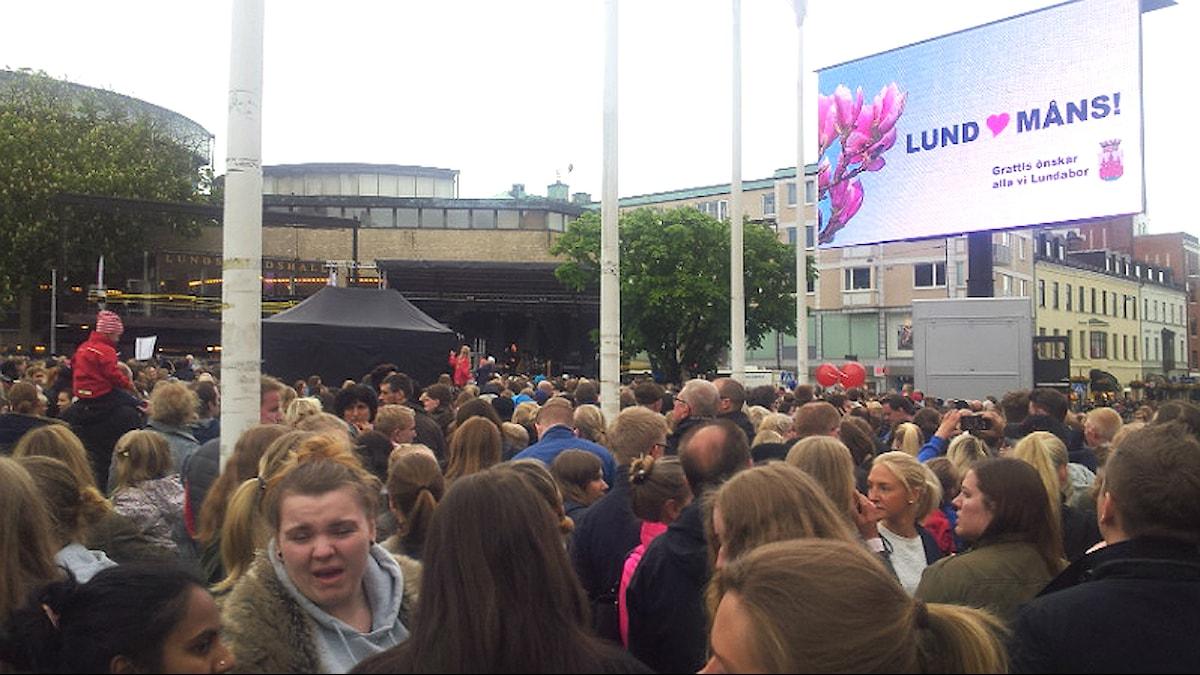 Euroviisuvoittaja Måns Zelmerlöfin kotiinpaluujuhla keräsi tuhansia ihmisiä Lundin torille. Kuva: Jyri Markkula.