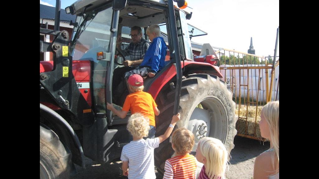 lapset ja traktori foto: Pirjo Rajalakso SR