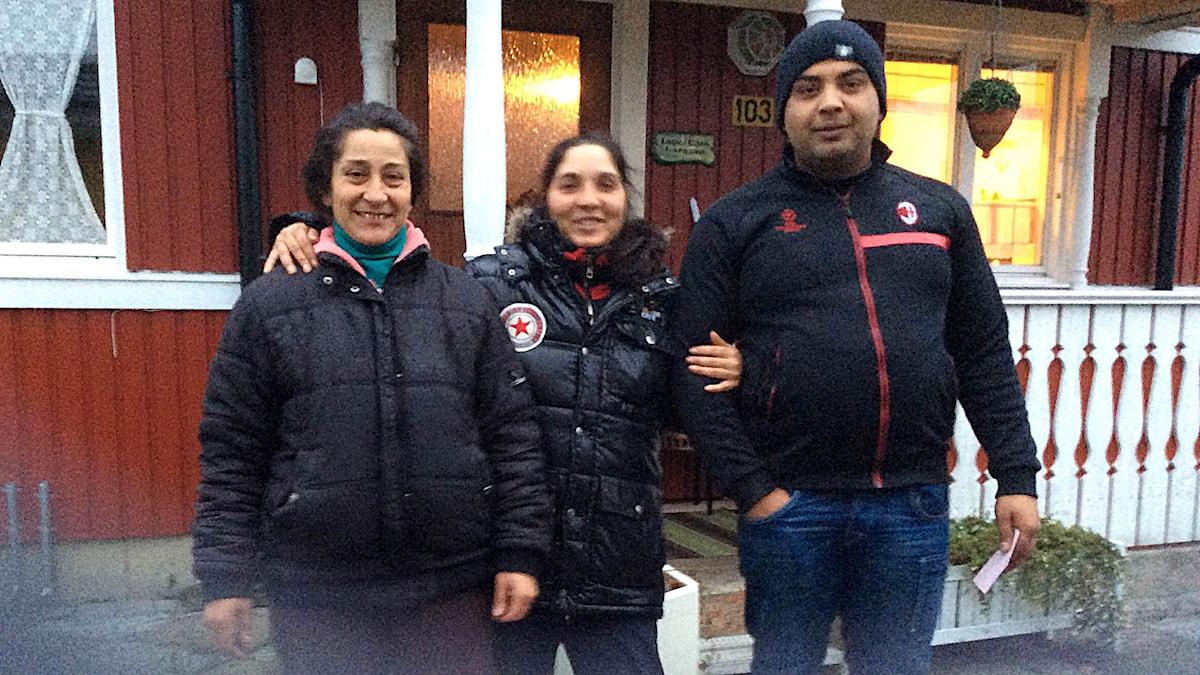 Vela ja perhe lähtemässä kotiin. Vela och hennes familj säger hej då. Kuva/Foto: Cate Larsson