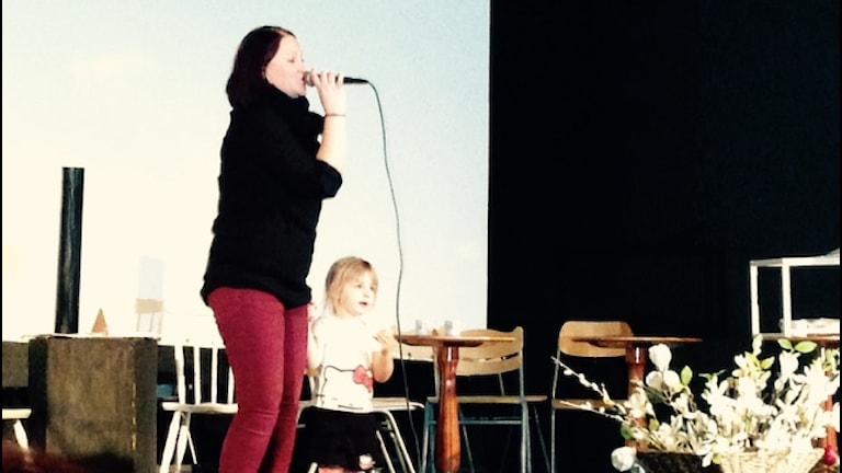 Ann-Sofie Sakko ja tyttärensä Alina esiintymässä