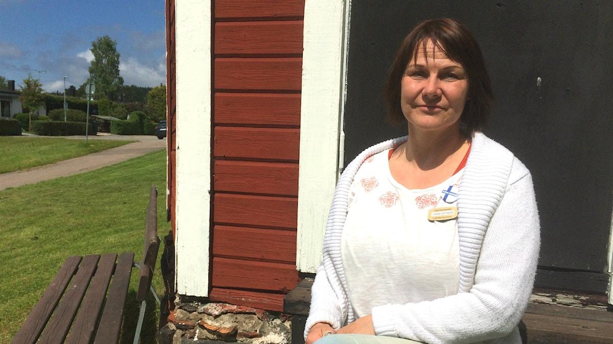 Sanna Seppänen istuu Hammarbackenin kesämaisemissa Ludvikassa.