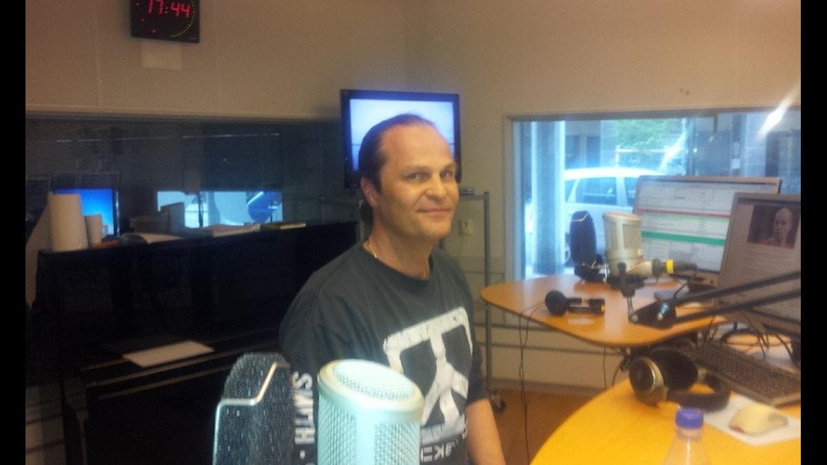 Kommo Romanoff istuu radiostudiossa