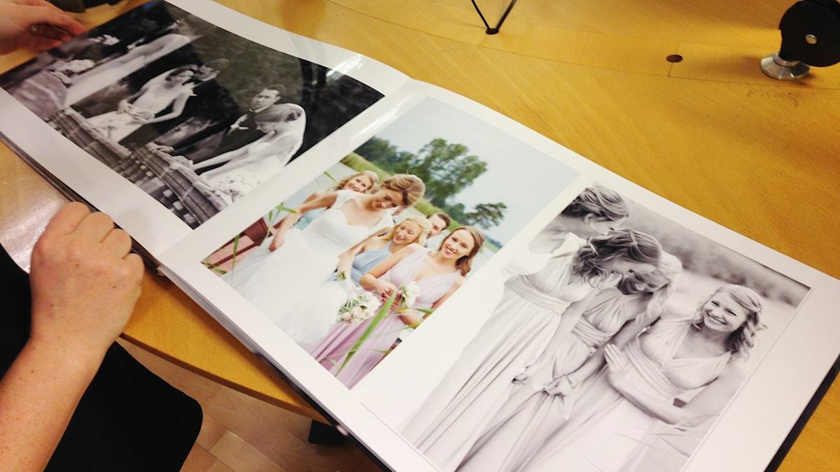 Josefin Widell Hultgren toi valokuvakirjansa studioon. Siihen hän on kerännyt kuvia hääpareista. Foto: A-L Hirvonen Nyström/SR Sisuradio