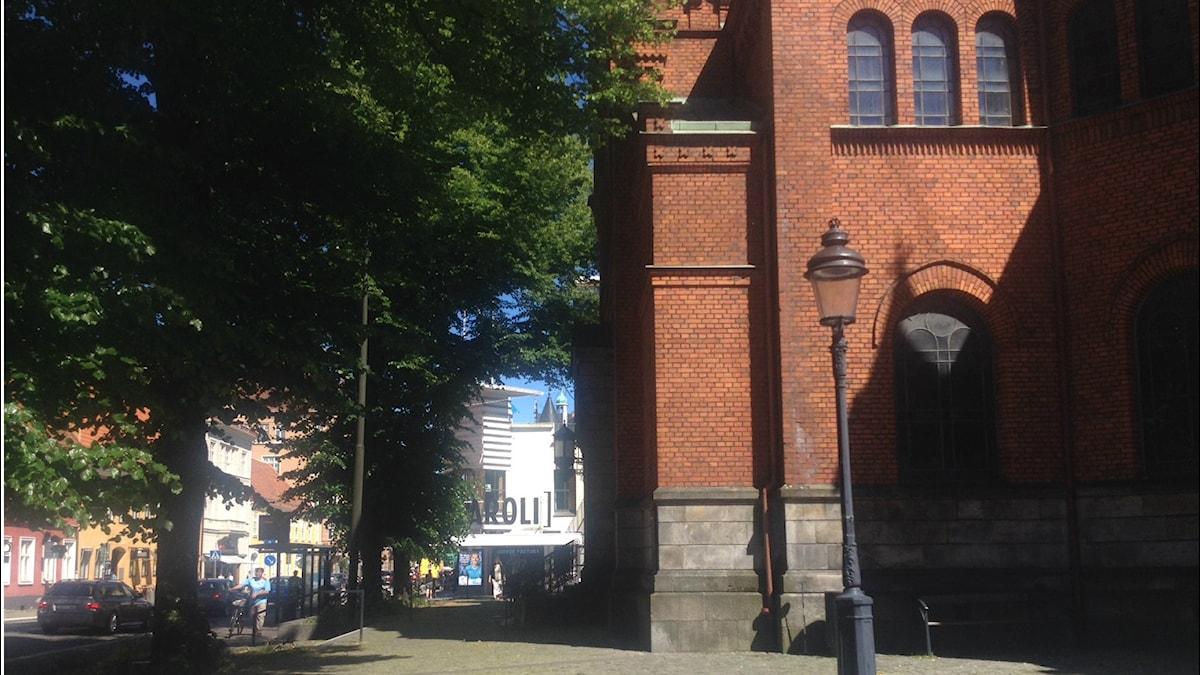 Carolin kirkko Malmössa on aivan ostoskeskuksen vieressä.