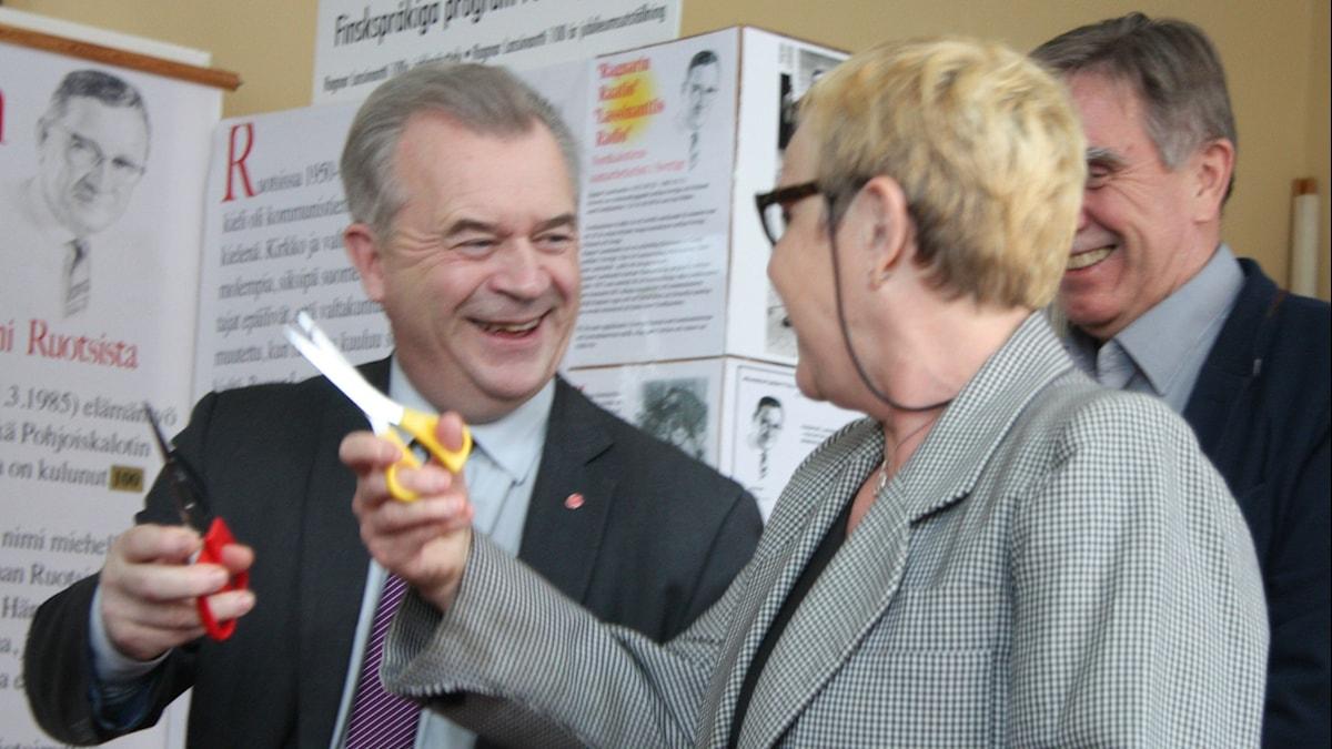 Ministeri Sven-Erik Bucht ja SR:n suomenkielisiä ohjelmia tilaava johtaja Elle-Kari Höjeberg avaavat näyttelyn. Foto/Kuva: Hannele Kenttä