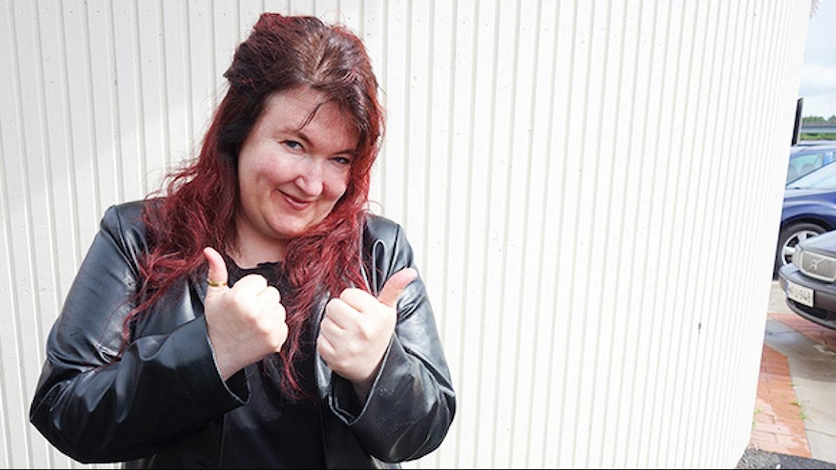 Punatukkainen Anne Angeria peukut pystyssä musta nahkatakki yllään Foto: Sanna Posti Sjöman