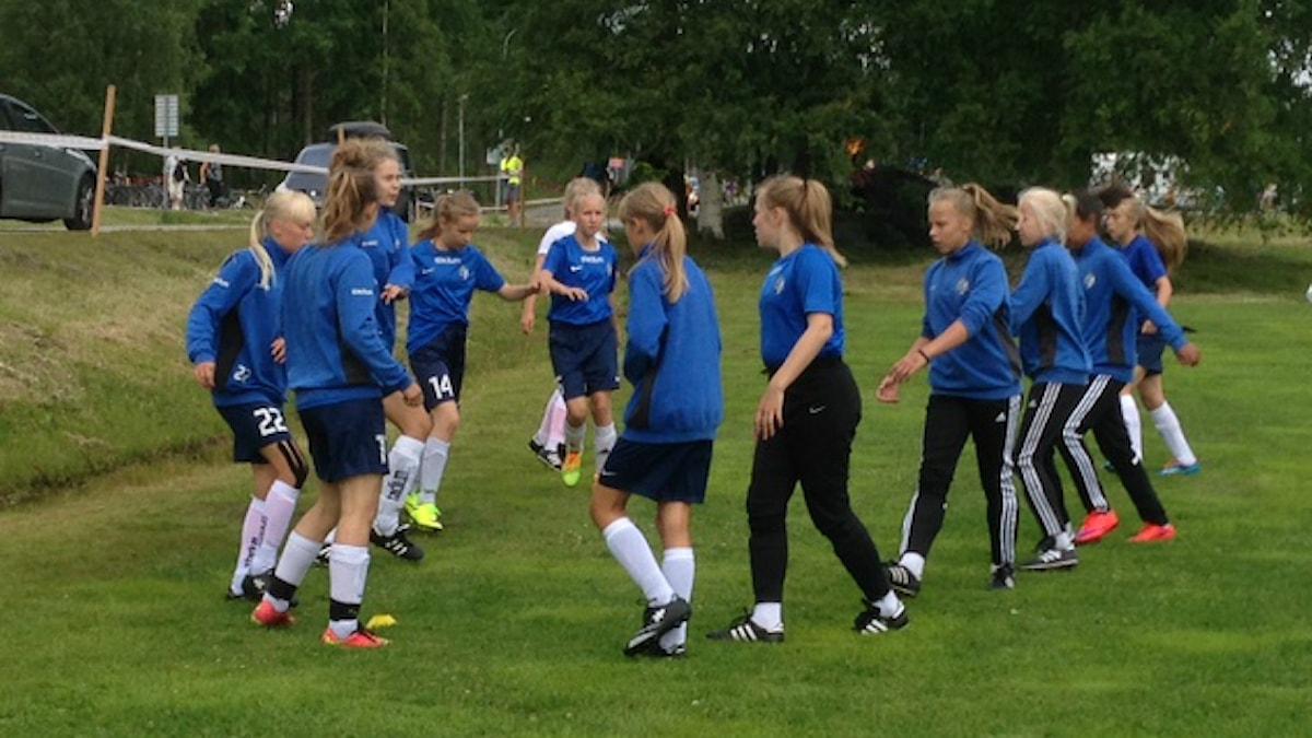 FC Espoo -tyttöjoukkue harjoittelee nurmella Foto: Sirpa Hillberg