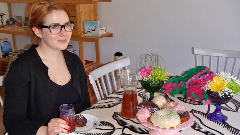 Jenny Hiltunen vappukattauksensa ja -herkkujensa äärellä. Foto: Virpi Inkeri/SR