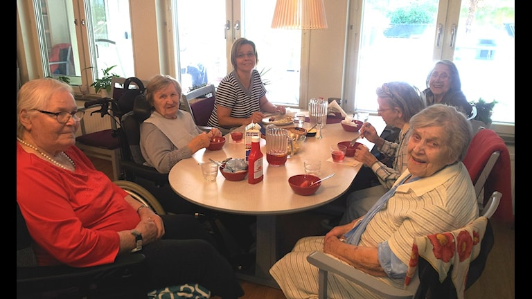 Fortuna Onnelan asukkaat lounasaikaan Foto: Teresa Ahola/SR