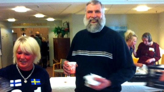 Juha Mieto juo kahvia. Foto: Soili Huokuna/SR