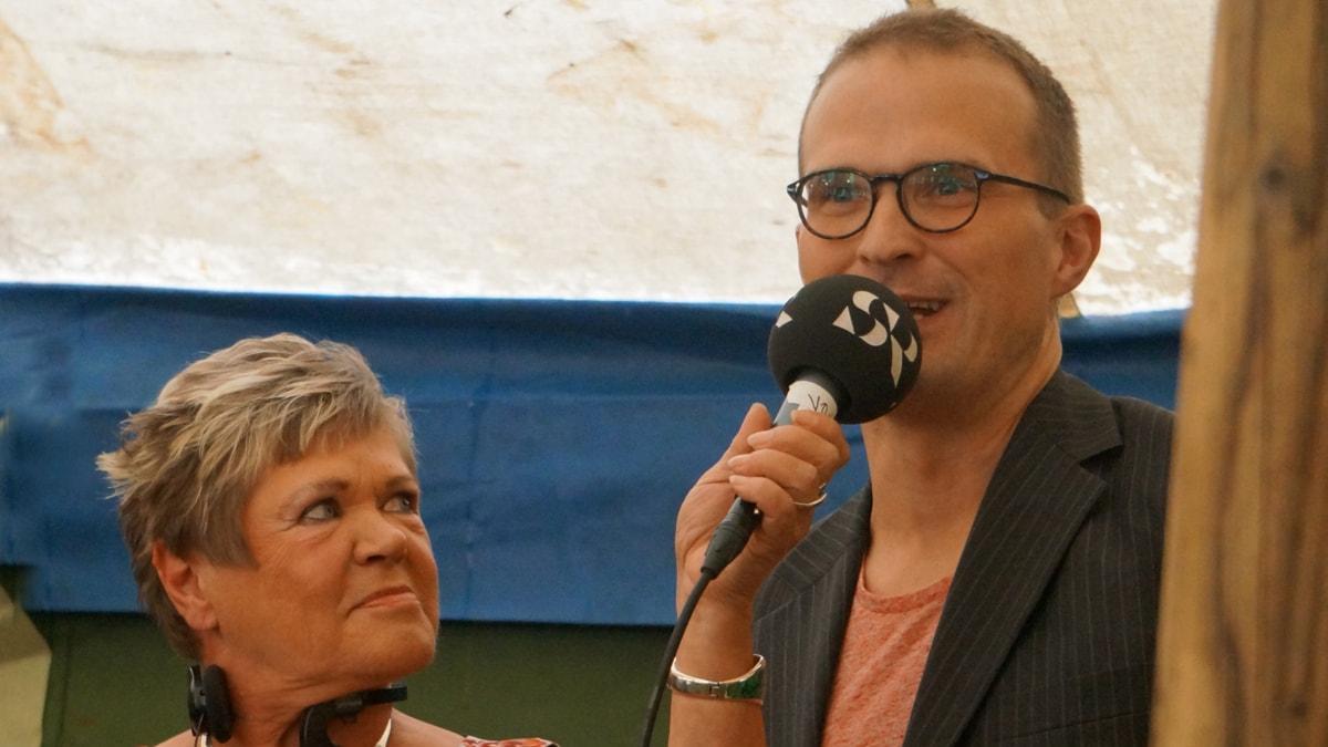 Eija Björstrand jättää Musalistamikin Tuomas Ojalalle Foto: Kirsi Blomberg SR Sisuradio