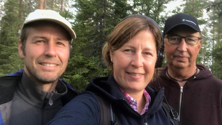 Jonas Grahn, biolog, Maria Viklands, reporter, Ulf Eriksson, markägare i Orrböle. De tittar efter orkidéer i Orrböle.